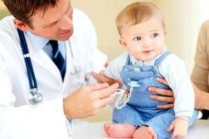Плановые осмотры малыша до года: каких врачей необходимо посетить.